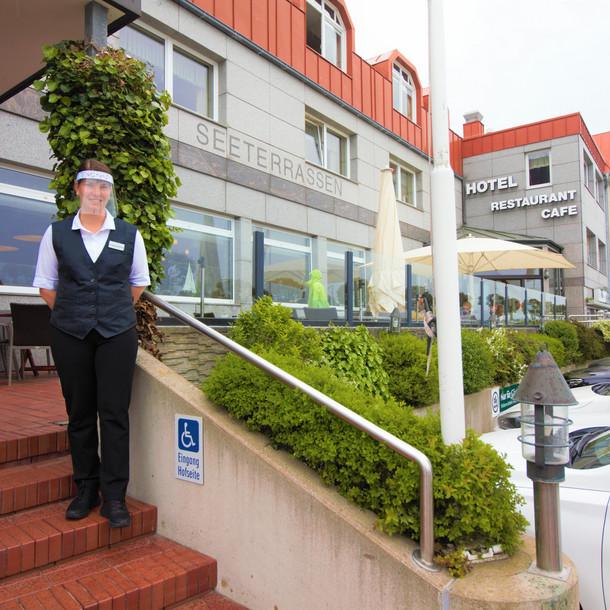 """Das Hotel/Restaurant """"Seeterrassen Laboe"""" fährt mit viel Vorsicht das Geschäft wieder hoch"""